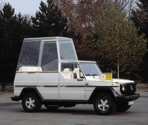 """Premiere vor 40 Jahren: """"Papamobil"""" auf Basis der Mercedes-Benz G-Klasse Premiere 40 years ago: """"Popemobile"""" based on the Mercedes-Benz G-Class"""