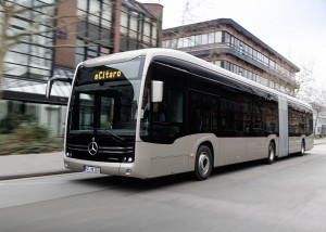 Unmittelbar vor dem Rollout: Der neue vollelektrische Gelenkbus Mercedes-Benz eCitaro G mit innovativen Festkörperbatterien Immediately before the rollout: the new fully-electric articulated bus, the Mercedes-Benz eCitaro G with innovative solid-state ba